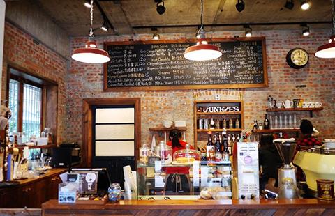 咖啡厅网吧跨界放电影 从业资质与版权存疑