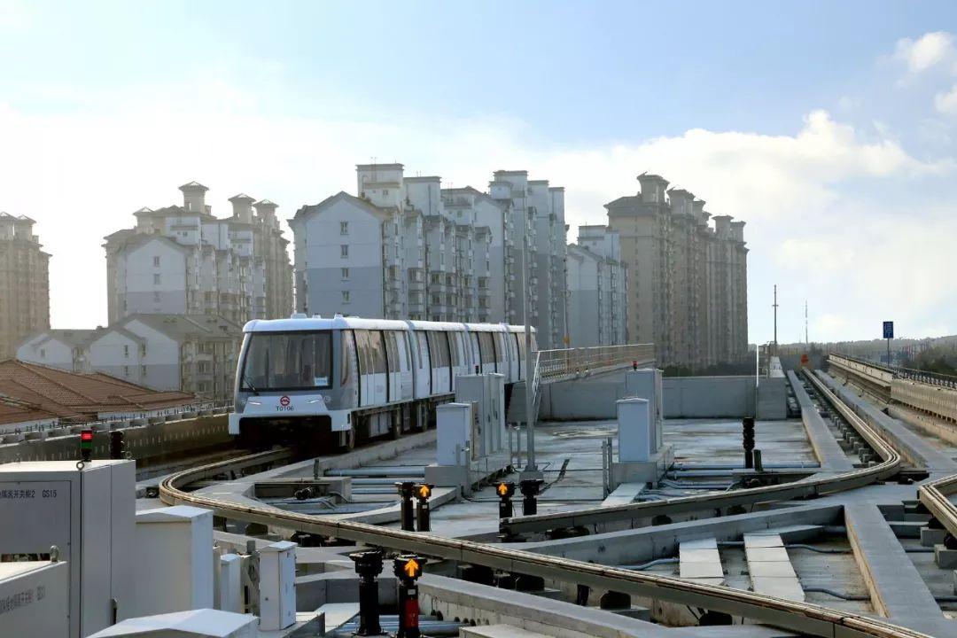 国内首条无人驾驶胶轮路轨开通,没有驾驶室,可以站在车头看风景!