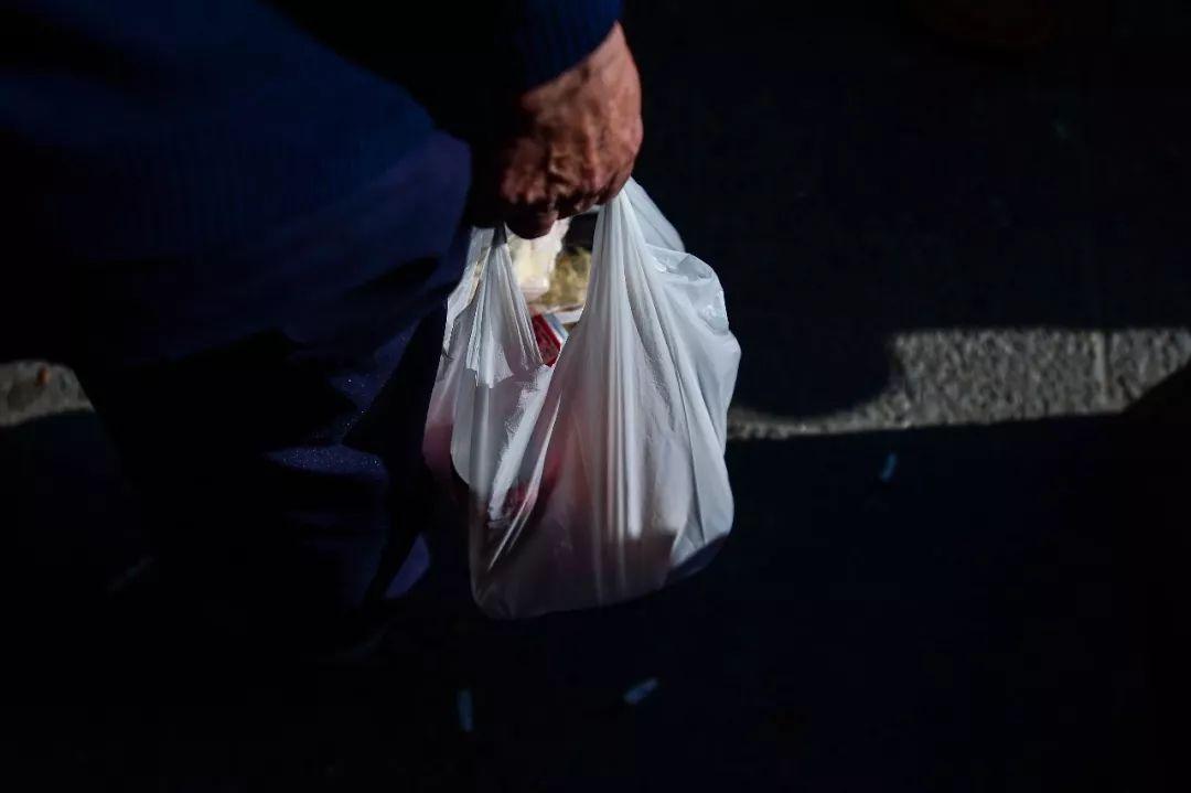"""黑科技:新型塑料袋溶于水变""""牛奶"""",竟然还能喝!"""
