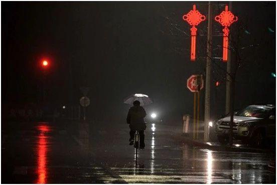 夜骑者的福音——Lumos智能单车头盔