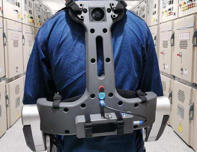 """供电""""黑科技""""!外骨骼机器人投入作业应用"""